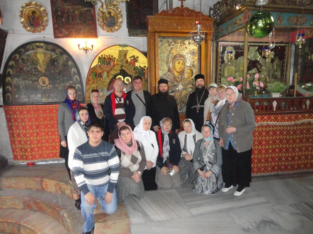 """Паломники рядом с иконой Божией Матери """"Вифлиемская"""""""