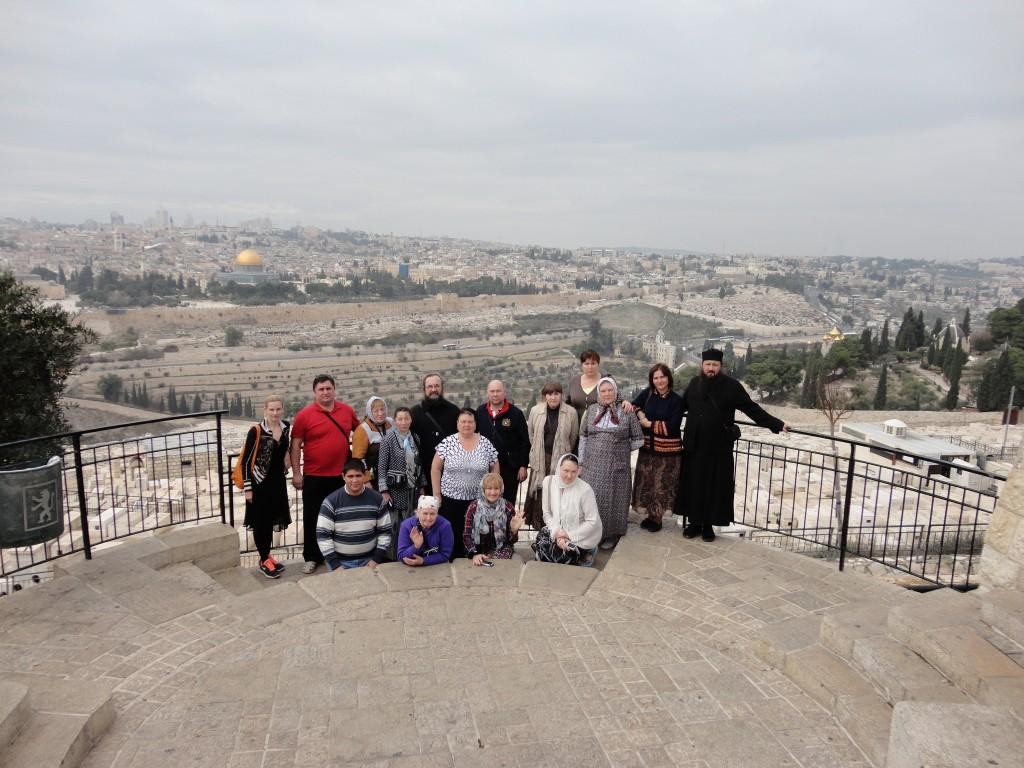 Паломники из Чебоксар на фоне Иерусалима
