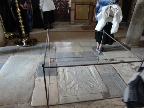 Мистра. Собор вмч.Димитрия. Место в центре храма, где короновали последнего императора