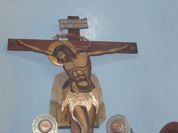 Сухой венок на кресте, который не перестает цвести в течении всего года