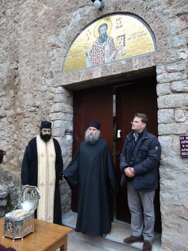 Братия монастыря преп.Виссариона беседуют с паломниками
