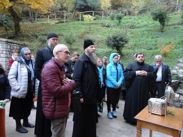 Паломники молятся у главы преп.Виссариона