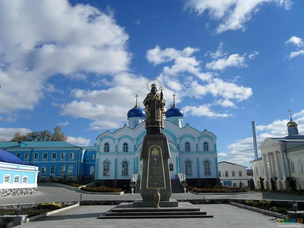 Памятник Святителю Тихону Задонскому в Рождество - Богородичном мужском монастыре