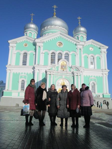 Дивеево. Паломники на фоне Троицкого собора