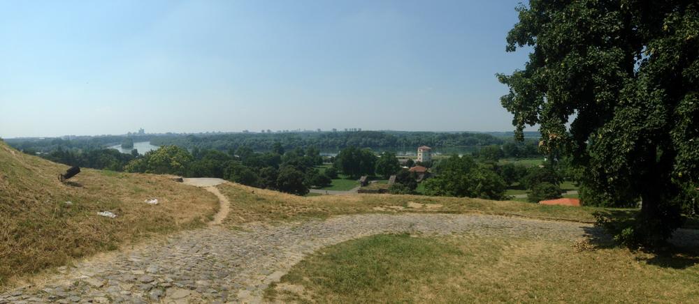 Вид с Крепости Калемегдан - река Сава впадает в Дунай. Белград. Сербия