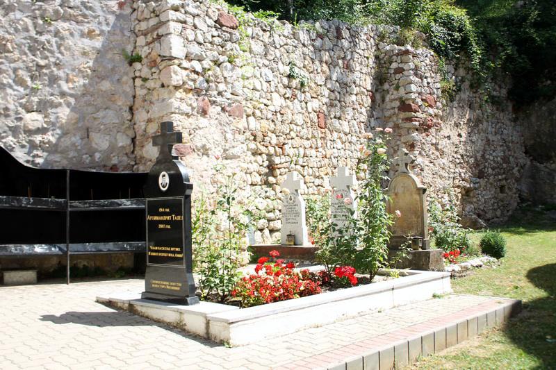 Могила архимандрита Фаддея Витовницкого. Сербия. Монастырь Витовница