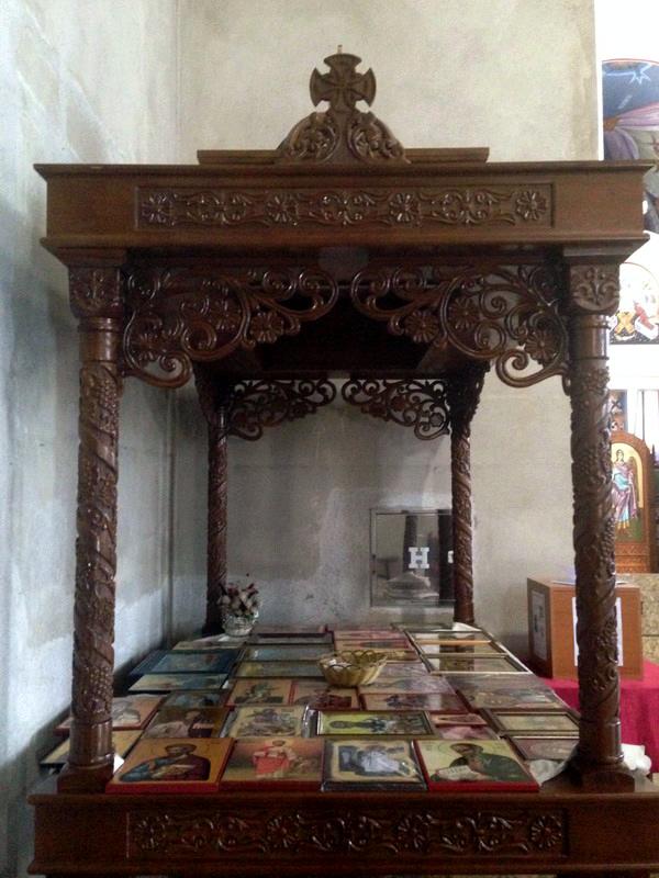Так в храмах Сербии обычно лежат иконы