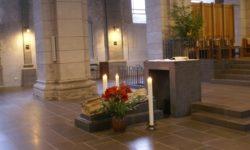 Под плитой находится саркофаг с мощами святого апостола Матфия. Трир