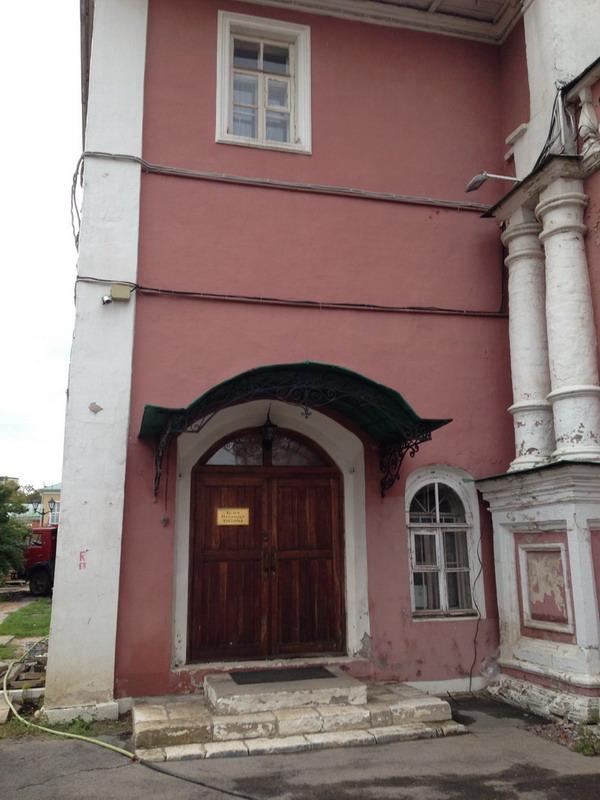 Вход в здание, где располагалась келья патриарха Тихона