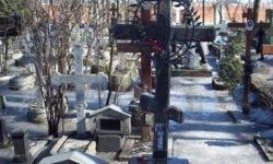 Крест над символической могилой cщмч. Вениамина, митрополита Петроградского. Александро-Невская лавра